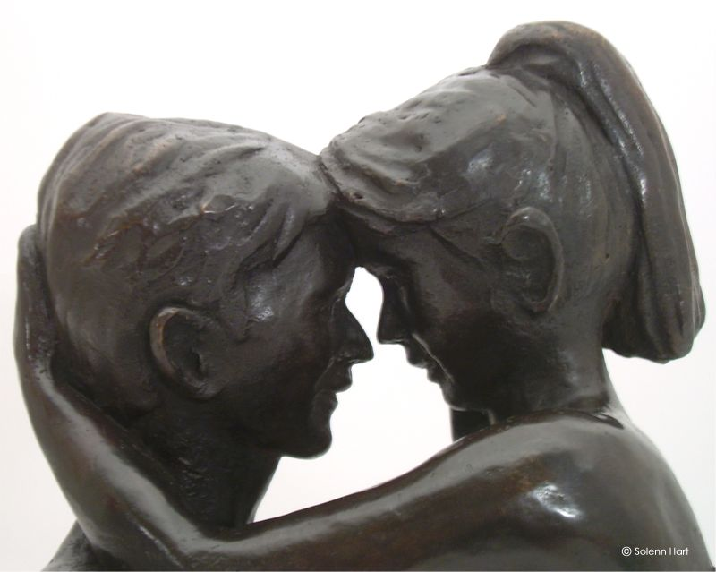 Statue couple nu, regards intenses