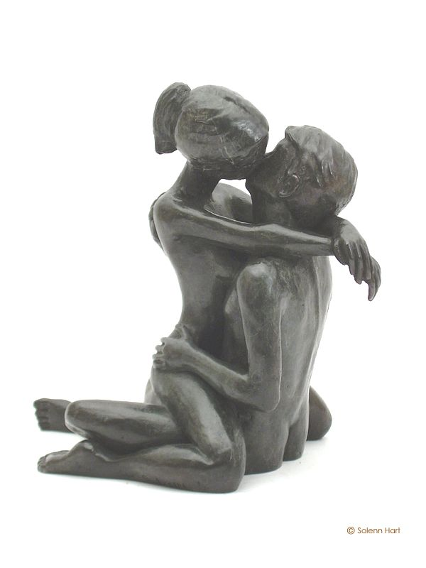 Statue en bronze d'un couple d'amoureux enlacés, photo 2