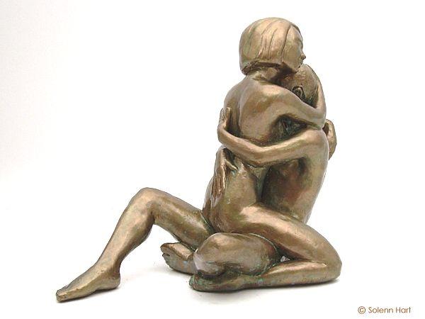 Super Sculpture d'un couple, homme et femme assis tendrement enlacés TT07