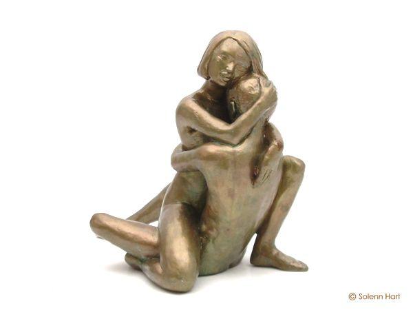 Très Sculpture d'un couple, homme et femme assis tendrement enlacés SR12